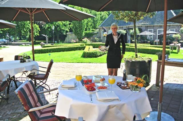 Tourist-Info-Het-Reestdal_CT_overnachten_hotels_chateau-hotel-De-Havixhors-terrast