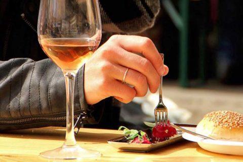 Wijn en hapjes in de foodbarn bij het wijnfeest bij de Reestlandheove